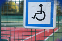 un terrain de tennis accessible